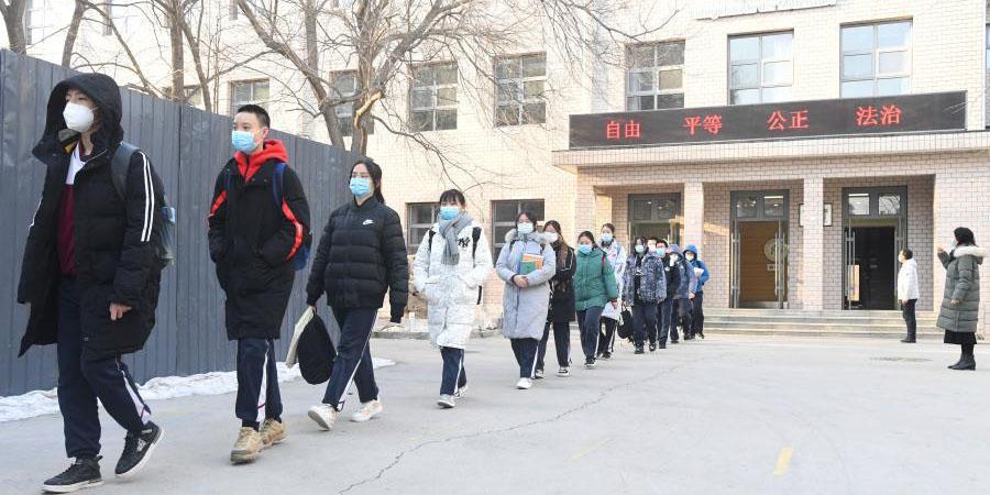 Estudantes deixam o campus em Beijing