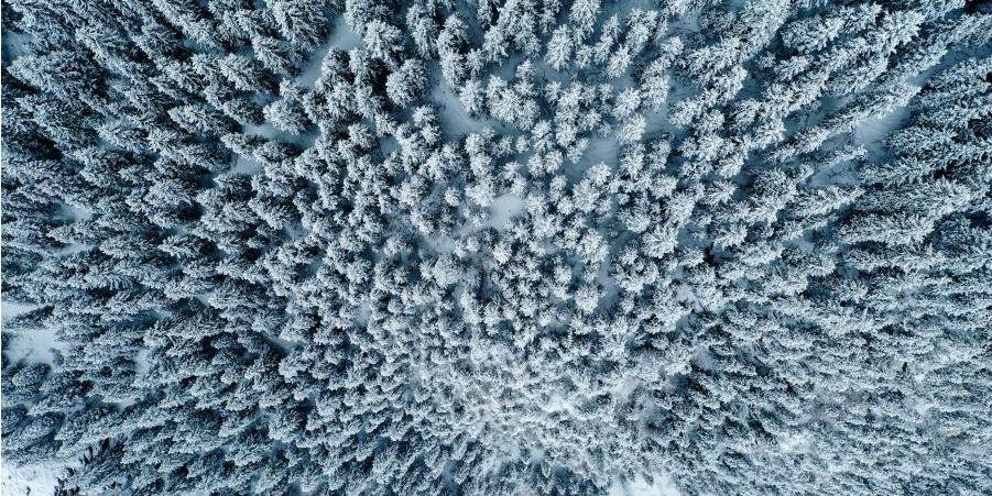 Vista da Antiga Trilha Cheshi coberta de neve em Xinjiang