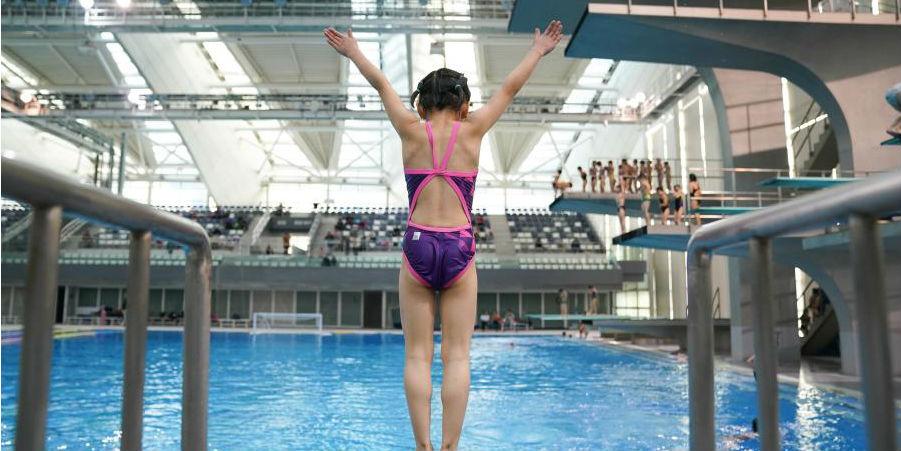 Crianças participam de programa de treinamento de mergulho em Shanghai