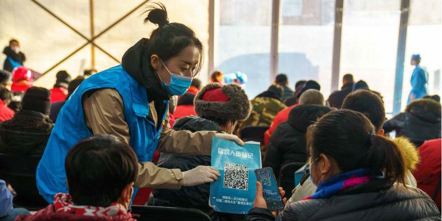 Pessoas recebem segunda dose da vacina contra COVID-19 no distrito de Chaoyang em Beijing