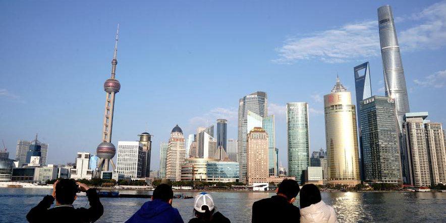 Turistas visitam Bund durante o feriado do Ano Novo Lunar em Shanghai