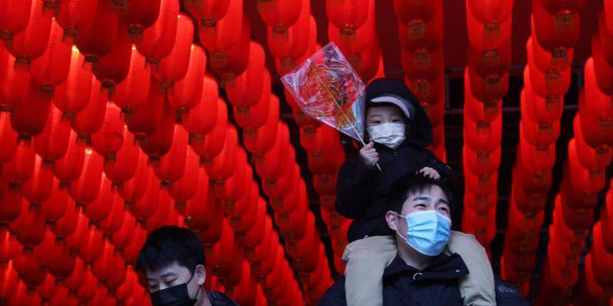 Moradores visitam o Antigo Mercado do Norte durante o feriado do Ano Novo Lunar em Shenyang