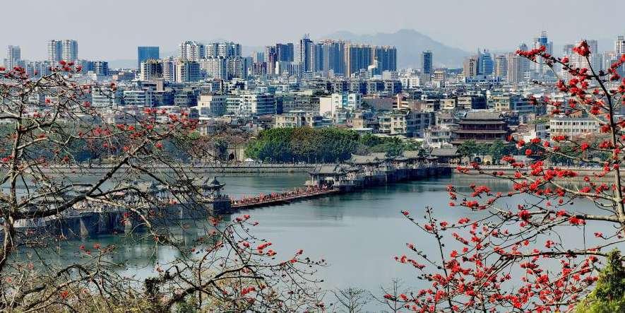 Turistas visitam a cidade de Chaozhou em Guangdong