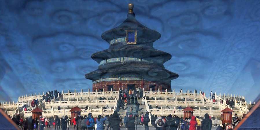 Turistas visitam o Parque do Templo do Céu em Beijing