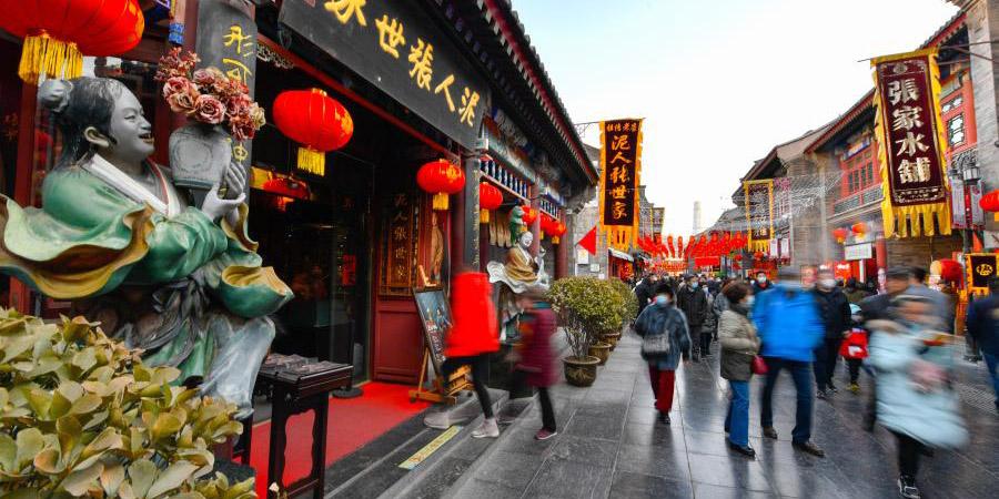Pessoas visitam antiga rua cultural em Tianjin