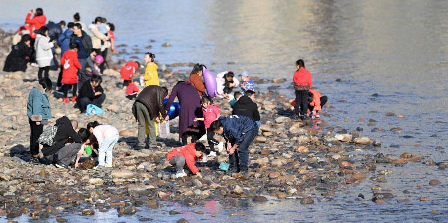 Pessoas se divertem no leito do Rio Amarelo em Lanzhou