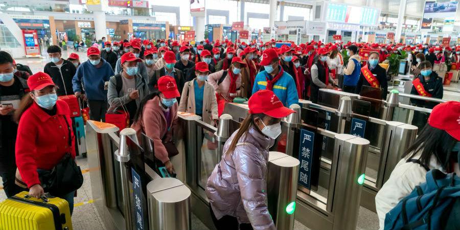 Trabalhadores migrantes de Yunnan embarcam em trem fretado com destino a Guangdong
