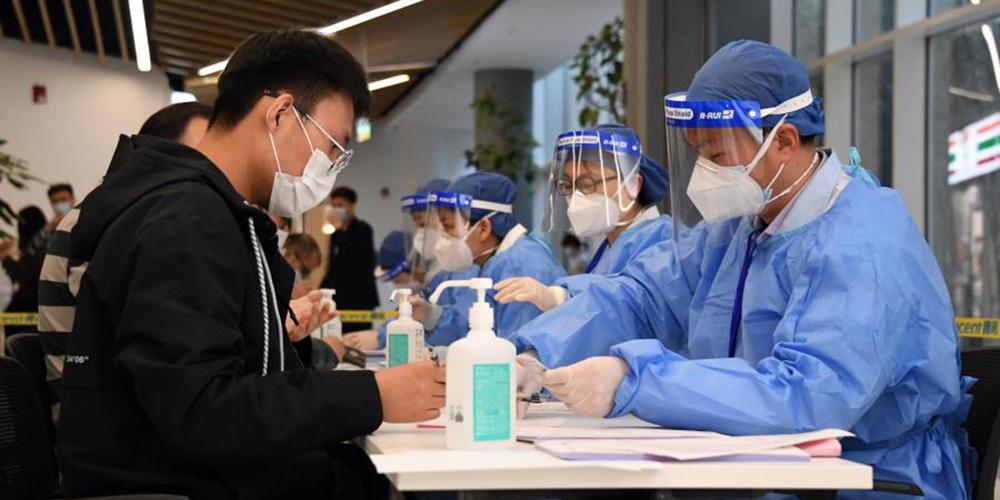 Funcionários de empresas recebem vacinação contra COVID-19 no distrito de Haidian, Beijing