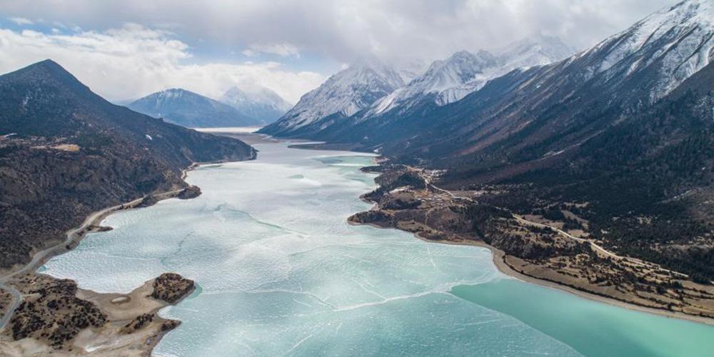 Vista aérea do lago Ra'og coberto de gelo em Qamdo, Tibet
