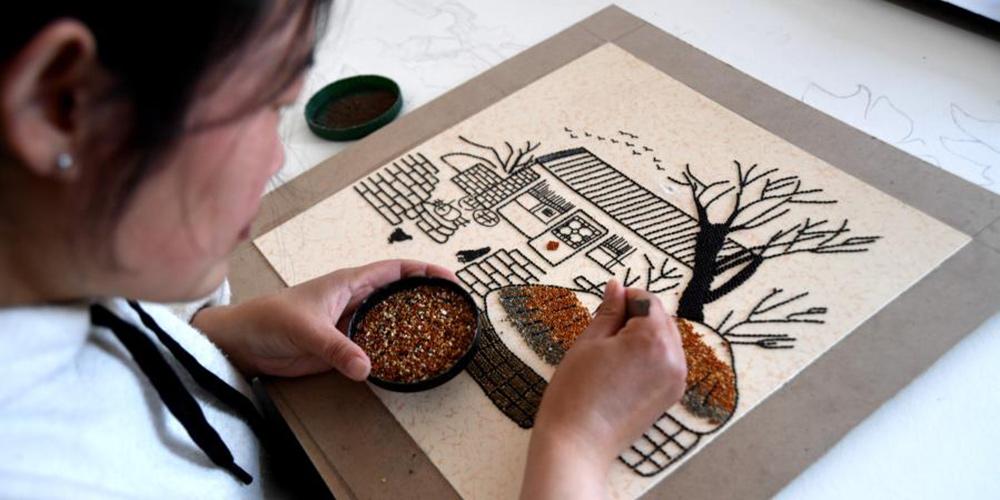 Ateliê de pintura com grãos ajuda moradores a aumentar renda em Hebei