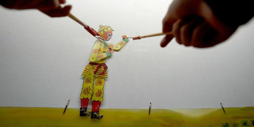 Artistas chineses apresentam tradicional teatro de sombras para alunos do ensino fundamental
